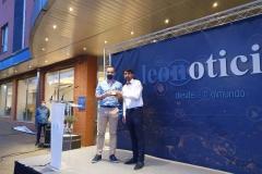 Recogiendo en representación de los periodistas leoneses uno de los premios de Leonoticias por el trabajo desarrollado durante la COVID-19.